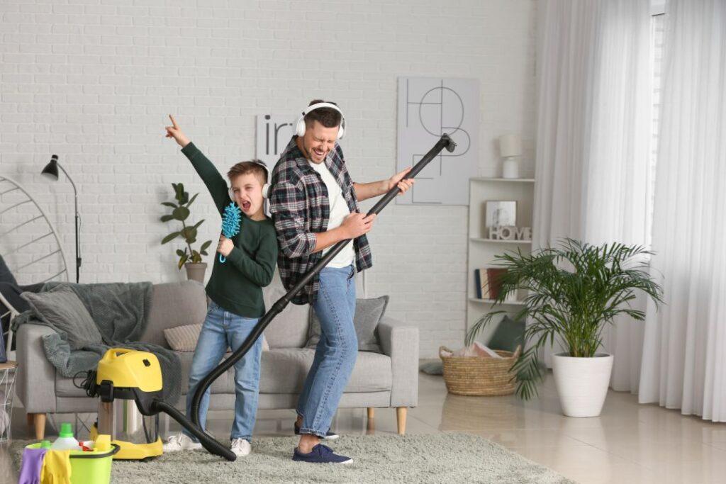 Padre e hijo cantando mientras limpian