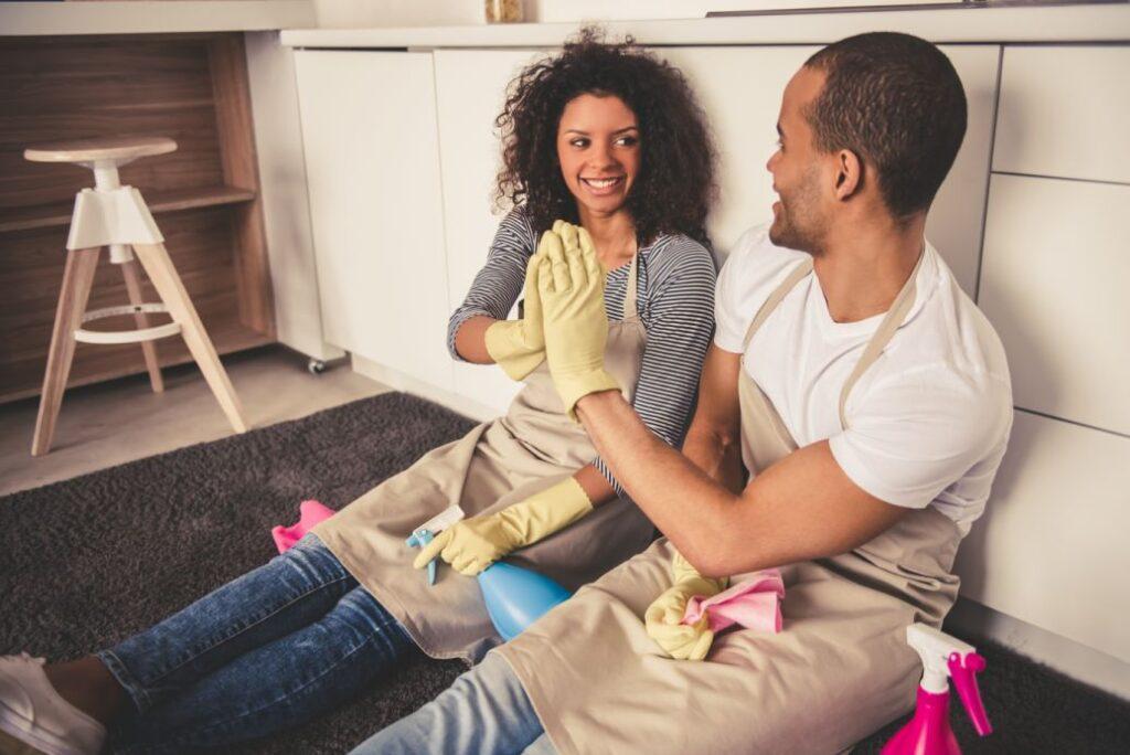 Pareja satisfecha despues de limpar el hogar